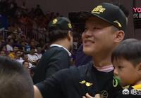 廣東奪冠後,朱芳雨變大忙人,但領獎和接受採訪都帶著兒子,這是為什麼?你怎麼看?