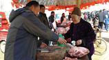 """山東農村集市上這位大娘生意很特別,一天的""""營業額""""不知有多少"""