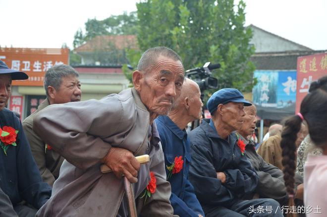 國慶中秋佳節 滑縣留固鎮的老人們真有福氣 有禮品還能欣賞節目