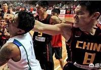 男籃當年為什麼會因為張慶鵬被打暈和巴西隊發生群毆,當時什麼情況?