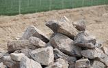 農村60歲大哥路邊鑿石頭修河道,辛苦勞動放棄打工,傳正能量