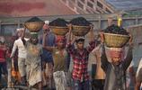 """實拍孟加拉人的""""神技"""":民眾頭頂重物出行"""