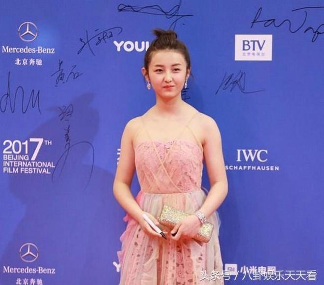 張子楓近照,粉色禮服裙出席活動,肩膀上的變化讓網友著實驚訝