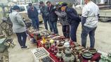 """男子皖北農村集市上賣""""古董"""",種類繁多,網友們鑑定下是真品嗎"""