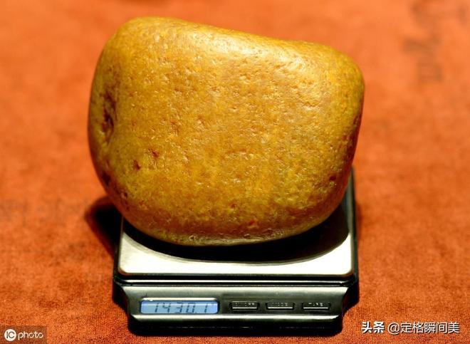 遼寧男子有膽識  18萬買一石頭配個漂亮底座   22年後賣3000萬元