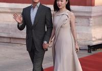 杜江夫婦牽手走紅毯太甜了,霍思燕一襲拖尾長裙,美得優雅又高級