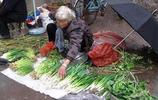 實拍馬路邊賣菜的老人,遇見了請您多買點他們的菜