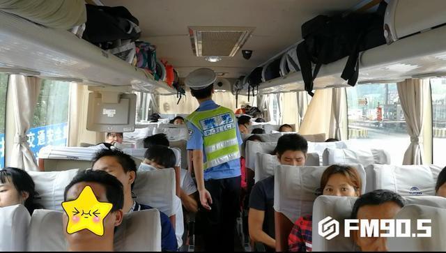 又超載!35座客車載了50人 乘客:趕回去上班坐過道也願意