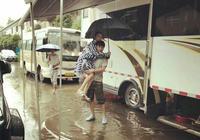 李小璐賈乃亮遇暴雨,賈乃亮抱起小璐,秀恩愛
