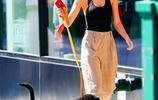 超模艾米麗·拉塔科夫斯基時尚打扮紐約街頭遛狗