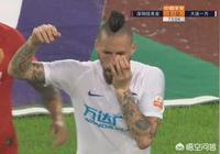 大連一方VS深圳,王大龍腳踢哈姆西克臉部致出血,主裁判只給黃牌,你認為合理嗎?