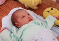 新生兒:新生兒頭髮稀少,發黃,偏頭該如何改善?