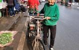 孫子返鄉看望奶奶,87歲奶奶喜出望外,騎車上街買了好幾樣東西