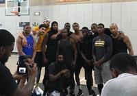 埃內斯-坎特晒與眾NBA球員訓練的合影