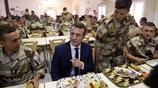馬克龍視察反恐軍隊顯親民 自己排隊取飯與士兵邊吃邊聊