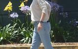 詹妮弗·加納攜女外出,米白針織衫搭配淺色牛仔褲,減齡顯時髦