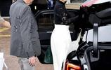 53歲的鞏俐現身戛納街頭,黑衣白裙的經典穿法十分減齡,端莊大方