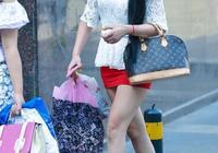 路人街拍,穿蕾絲透視抹胸裝的老闆娘,超緊紅短裙熱情又奔放