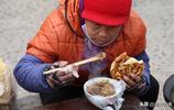 農村67歲老人集市賣炒涼粉,自己卻不吃是為啥
