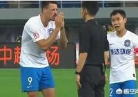 嚴鼎浩背後剷倒阿奇姆彭,為何主裁判卻給了瓦格納一張黃牌?