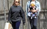 希拉里·達夫攜家人逛街,灰色毛衣穿出五五分,幸好顏值在線