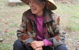 79歲大娘給83歲老伴送滿滿一碗飯菜,大爺說自己不是當年小夥子了