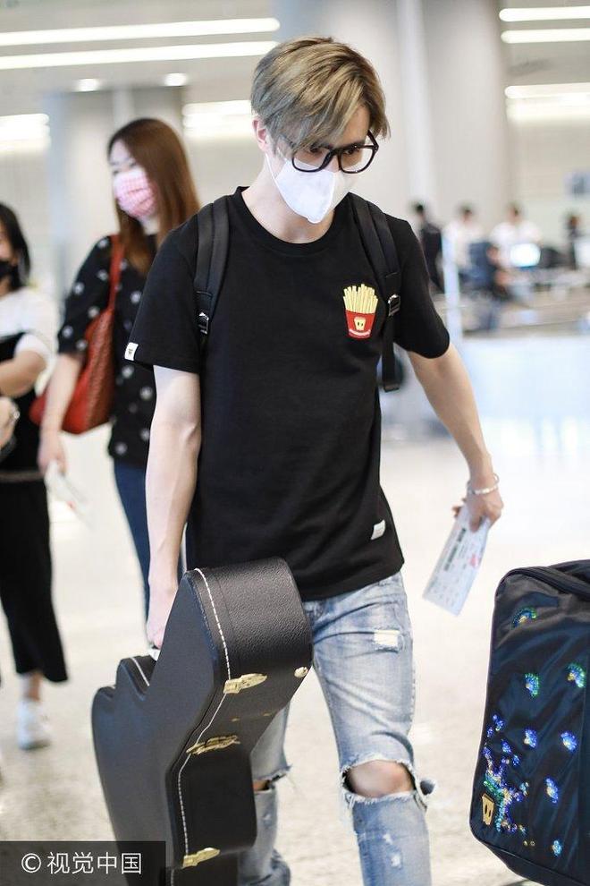 薛之謙口罩遮面現身機場手拎吉他 雙手舉高高配合安檢