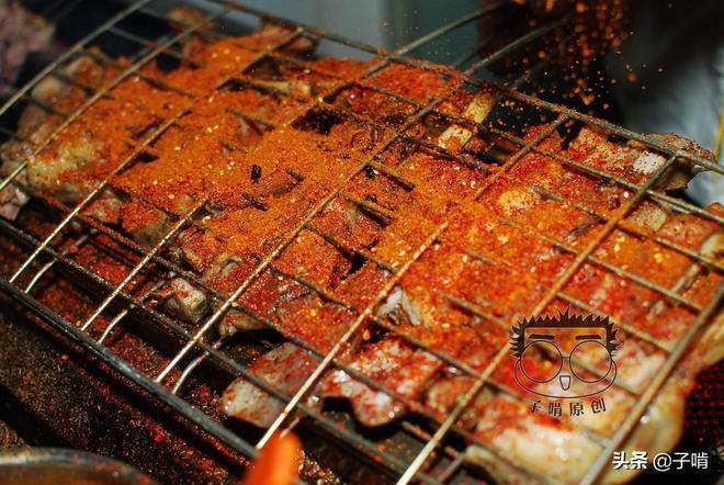 40元一斤的烤羊排,肥的烤得出了油,一次啃上兩根就能過足吃肉癮
