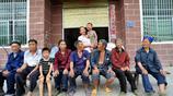 """實拍一個農村媳婦的一天,丈夫外出打工,她要照顧7個""""爹媽"""""""