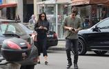 超模貝倫羅德里格斯被男友抱著出街,完全不顧路人眼光