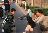 陳偉霆葉祖新馬路邊拍戲熱聊,陳偉霆席地而坐無明星架子很接地氣