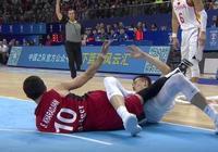 中國男籃遭遇不公判罰,周鵬被惡意犯規放倒,裁判卻吹周鵬犯規!