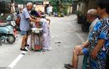 7旬老人年輕時走街串巷理髮養家餬口,如今服務街坊不想收費
