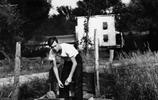 美國前總統老布什青年時代:圖一是一歲小男孩,圖四勤工儉學餵豬
