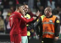 歐預賽葡萄牙被逼平 球迷衝進場內找C羅合影 沒贏球的總裁答應了