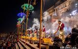 實拍印度恆河河畔夜祭儀式:據說過去一千多年,每天祭祀從未間斷