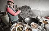 十幾口人守一個村,隔15個小時吃一頓飯,十幾頭豬供三兒女上大學