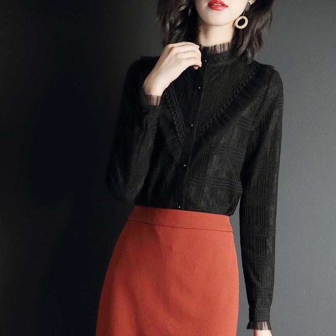 過了30歲的女人,別總穿一身黑,靚麗小衫配大衣,顯膚白又年輕
