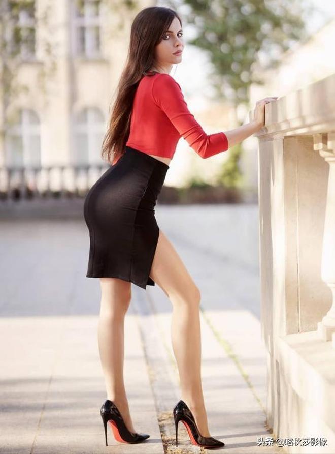 光坐姿就能拍出這麼多花樣!俄羅斯女教師靠這組照片直接出名了