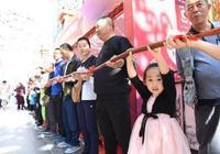 首屆哈爾濱紅腸文化節啟幕 17米巨型紅腸亮相建設街