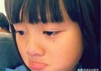 老師罰她抄作業,爸爸送飯到教室去,卻拿竹條抽得她滿腿血印子