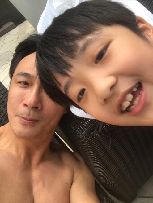 吳鎮宇的兒子費曼眼角疤痕明星,難怪吳鎮宇怒摔話筒