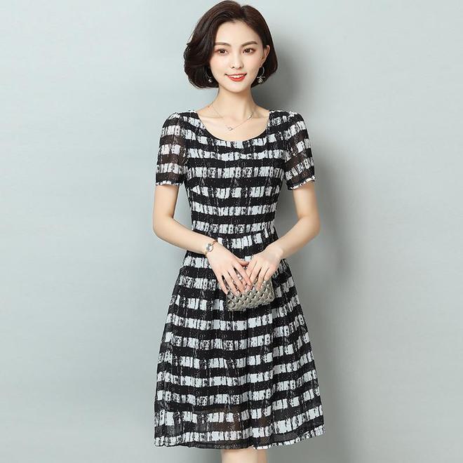 """老婆今年35歲,但賊會打扮!出門穿這""""A字裙"""",高貴有女人味"""