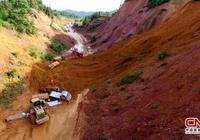 廣西柳州三江縣山體塌方致8車被困3人受傷