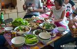 """北方人為何多胖子,實拍山村家庭聚會,滿桌都是""""硬菜""""不胖才怪"""