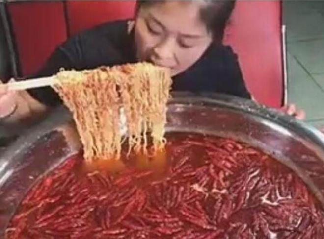 """女子為成""""網紅"""",現場直播吃幹辣椒水泡麵,姑娘的口味是真重啊"""
