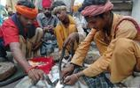 印度人給眼鏡蛇洗牛奶浴