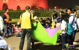 國慶長假首日凌晨:天安門廣場人流不斷 遊客打地鋪迎升旗