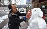 """杭州妙手雪雕保安 下雪天花了兩個多小時徒手堆出一個""""豬八戒"""""""