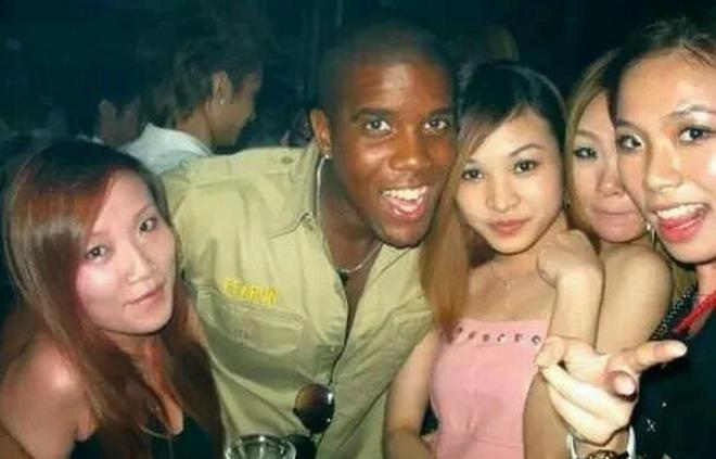 實拍嫁給黑人的中國女人,每晚的日子成了她們噩夢